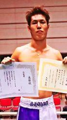KO勝ちで、フェザー級の新人王西軍代表になった仲里周磨(提供)