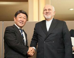 イランのザリフ外相(右)との会談を前に、握手を交わす茂木外相=23日、米ニューヨーク(代表撮影・共同)