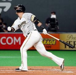 1回日本ハム1死一、二塁、中田が左越えに先制の2点二塁打を放つ=札幌ドーム