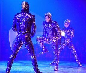 シルクの舞台で演技を披露する(左から)橋本昌和さん、屋比久嗣孝さん、屋比久友子さん