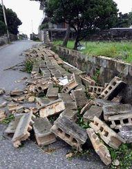 空き地のブロック塀が10メートル以上にわたって崩壊した=祖納地区(金井瑠都通信員撮影)