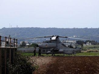 伊計島に不時着した米軍のAH1Z攻撃ヘリ=1月21日(資料写真)