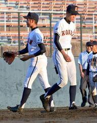 興南-海星 4回裏海星1死満塁、3点三塁打を浴び降板する興南の比屋根雅也(左)。右は2番手の諸見川航