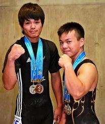 重量挙げ男子62キロ級で、2位になった幸地芳(左)と3位の知念勇斗=山梨市民総合体育館(城間陽介撮影)