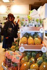 那覇空港内にオープンした「美らガーデン」。初日から農産物やジュースを買い求める客でにぎわった=22日、那覇市・同空港国内線ターミナル