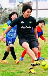 宮古島での自主トレに参加するサッカー日本女子代表の高良亮子=宮古島市・前福多目的運動場(与儀武秀撮影)