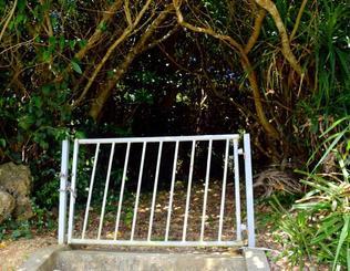 観光客が増えたことで、神聖な御嶽が荒らされるようになったので区が設置した門=8月24日、今帰仁村古宇利島・ハマンシヌ御嶽