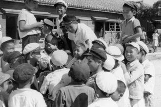 (写真右上から反時計回りに)笑顔で写る山田小学校の当時の児童