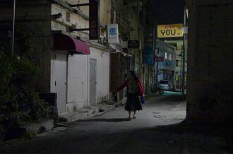 時短営業で看板の明かりが消え、静まり返った飲み屋街=25日午後10時57分、浦添市屋富祖