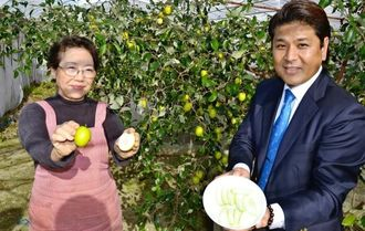 台湾のインドナツメの品種「高雄6号スイート」の県内普及を進めているメインテックの山本真次代表(右)と、栽培農家の國吉明美さん=29日、豊見城市金良の農地