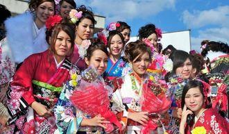 成人式後、記念撮影におさまる晴れ着姿の新成人たち=糸満市西崎総合体育館