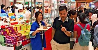 多くの来場者でにぎわう日本今昔全国商品展の沖縄ブース=28日、台北市・太平洋そごう忠孝館(リウボウ提供)