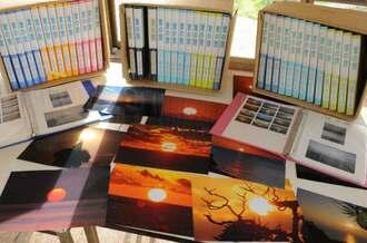 仲本勝男さんが撮り続けてきた朝日の写真と時期ごとにまとめたファイル