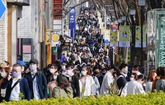 首都圏1都3県への緊急事態宣言の再延長決定から初の週末を迎え、東京・表参道を行き交う大勢の人たち。陽気にも恵まれ、買い物に訪れた若者らで混雑した=6日午後