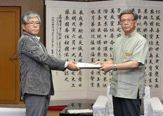 第三者委員会の大城浩委員長(左)から報告書を受け取る翁長雄志知事=16日午前10時すぎ、県庁