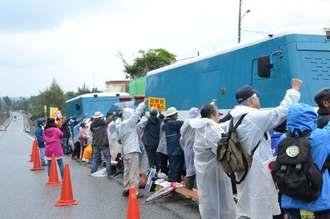 抗議の声を上げる市民ら=12日午前11時ごろ、名護市辺野古米軍キャンプ・シュワブゲート前