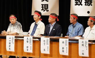 佐喜真淳氏の総決起大会に参加した自民党の二階俊博幹事長(左)=2018年9月、宜野湾市