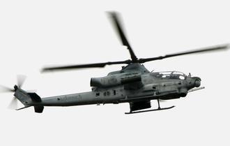普天間飛行場から再び飛行し、名護市辺野古付近を飛ぶ、読谷村に不時着したAH1Zヘリ=9日午後3時55分