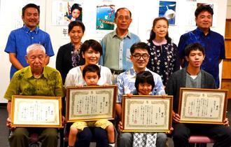 「私の一点」の入賞者ら。(前列右から)大城翼さん、長田紀人さん、鹿川理沙さん、兼城邦彰さんら=28日、那覇市久茂地・タイムスギャラリー