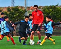 J浦和・槙野らプロの技伝授 沖縄・八重瀬でサッカー教室
