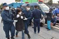 辺野古新基地:資材搬入、砕石投入続く ゲート前と沿岸で抗議