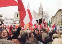 ポーランド政権のメディア統制に市民抗議 EUも「民主主義の危機」と懸念