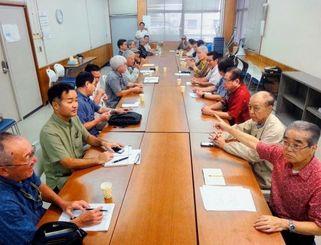 名護市辺野古の新基地建設の阻止に向けたオール沖縄会議の発足を確認する市民、政党、経済界の代表者ら=3日、自治労県本部