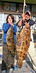 慶良間・奥武で98センチのアカアーラがヒットした仲村直さん(右)夫妻=3月29日