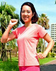 「一緒にNAHAマラソンを走りましょう」と参加を呼びかける琉球放送お天気キャスターの田地香織さん=11日、奥武山公園