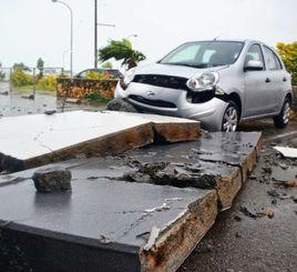 5階建てホテルの屋根ブロックが落ち、破損したレンタカー=7日午後6時半ごろ、石垣市八島町(比嘉太一撮影)