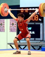 少年男子62キロ級 スナッチで108キロを成功させる大城良太=江刺中央体育館(我喜屋あかね撮影)