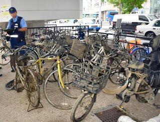 川から引き揚げられた自転車=5日、那覇市・久茂地川付近
