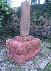 赤色のスプレーで塗られた崇元寺の石碑「下馬碑」=13日午後6時40分すぎ、那覇市泊