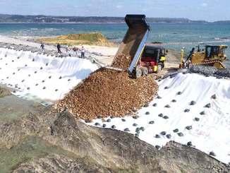 海への土砂投入が始まった名護市辺野古の新基地建設現場=14日午前