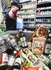 2019年7月、ソウルのスーパーで陳列棚から下ろされた日本メーカーのビールやたばこ、食品など(聯合=共同)