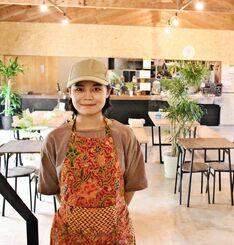「インドネシアのことを紹介したい」と話す店主の日高ディニさん=4日、本部町並里