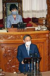 参院本会議で答弁する菅首相。上は山東昭子参院議長=14日午前