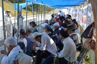米軍キャンプ・シュワブのゲート前に座り込み、前新基地建設に抗議する市民ら=名護市辺野古、14日午前9時53分