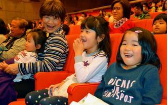 コントを交えた交通安全について楽しく学ぶ子どもたち=日、沖縄市民会館