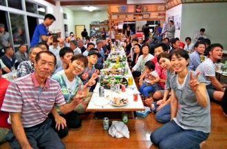 多和田真三郎投手の西武1位指名を祝う父信次さん(前列左)と母もと子さん(同右)=中城村北浜区集落センター