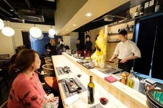東京の鉄板焼き店「鉄板焼浅草KUDAKA」で調理する上地さん(右)