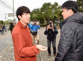 ハンガーストライキ中の「辺野古県民投票の会」の元山仁士郎代表(右)を訪ねて来たウーマンラッシュアワーの村本大輔さん(左)=16日、宜野湾市役所前
