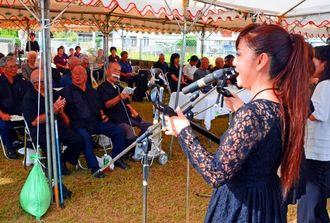 楚辺区の慰霊祭で、でいご娘の「艦砲ぬ喰ぇー残さー」を聞き入る参列者=23日、読谷村楚辺