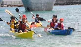 カヌーを楽しむ子どもたち=2016年10月、浦添市のカーミージー周辺