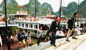 奇岩がそそり立つ世界遺産の景勝地「ハロン湾」を訪れた視察団=9日、ベトナム・同湾