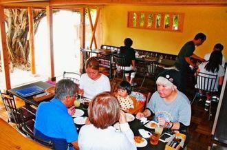 地元食材をふんだんに使ったイタリア料理を楽しむ家族連れや観光客=読谷村長浜・mintama
