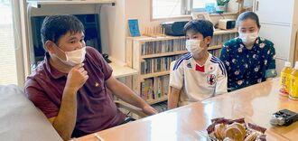 「子どもたちには繰り返し沖縄戦のことを伝えていきたい」と話す大嶺秀樹さん(左)=19日、那覇市内