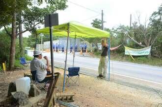 米軍によりテントが撤去された跡地で監視を続ける市民=3日、東村高江