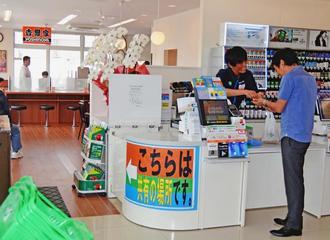 イートインスペースを共有し、自由に行き来ができる沖縄ファミリーマートと沖縄吉野家の一体型店舗=那覇市内