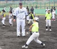 球のどこを打つとホームラン? 西武・山川、母の故郷久米島で野球教室
